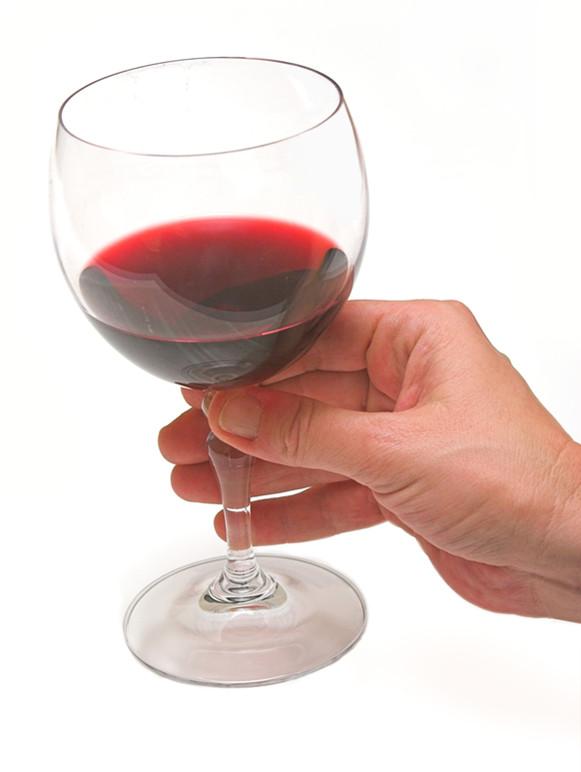成功人士正确拿红酒酒杯的方法